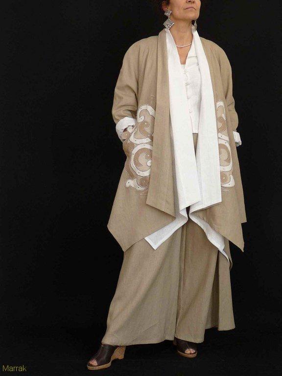 Manteau en double beige brodé 300€, blanc 185€